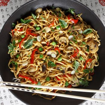 Κινεζικά μακαρόνια (lo mein) με λαχανικά