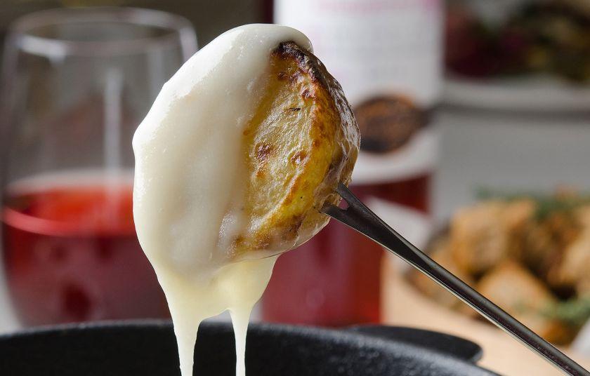Αποτέλεσμα εικόνας για φοντυ τυριων σε ψωμι