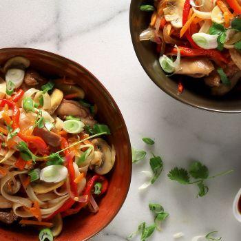 Εξωτικό φιλέτο κοτόπουλου με λαχανικά και σάλτσα σόγιας
