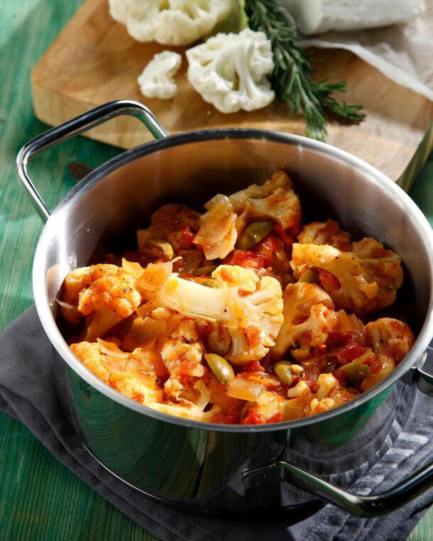 Κουνουπίδι κοκκινιστό με ελιές και τυρί