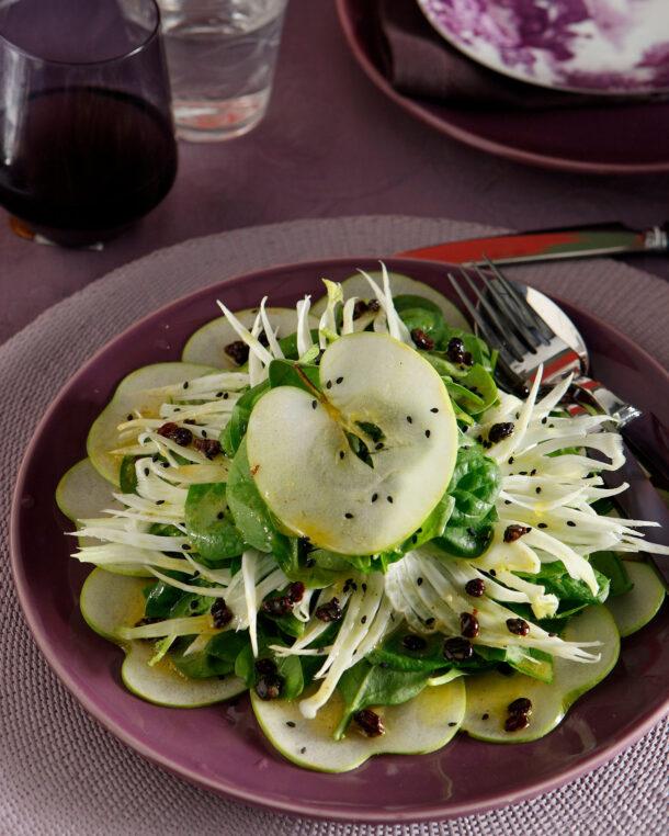 Σαλάτα με σπανάκι, ξινόμηλο και σάλτσα σταφίδας και σαγκουινιού