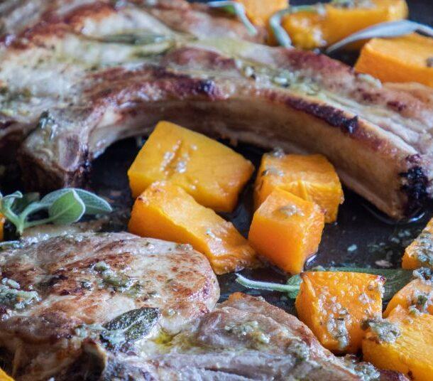 Χοιρινές μπριζόλες με κολοκύθα στο φούρνο
