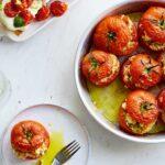 ντομάτες γεμιστές με τυριά και πέστο βασιλικού συνταγή