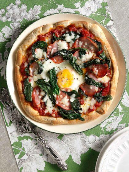 Πίτσα με σπιτική ζύμη, βλίτα, λούντζα και αυγό