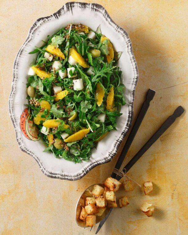 Σαλάτα με ρόκα, πορτοκάλι και κρουτόν