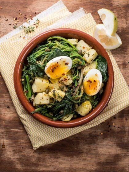 Βλίτα και αλμυρίκια με πατάτες και αυγά