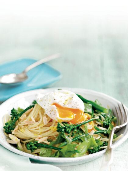 Mακαρονάδα λεμονάτη με αυγό ποσέ