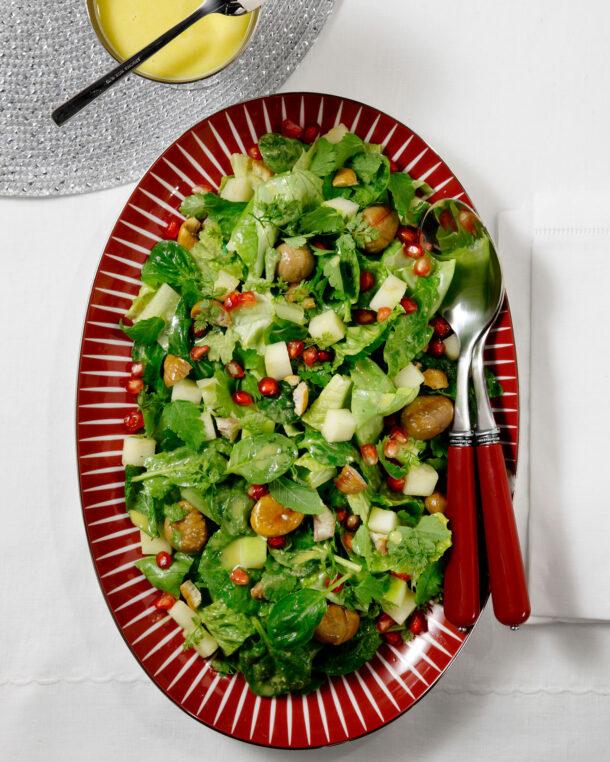 Πράσινη σαλάτα, με μυρωδικά, κάστανα και ρόδι